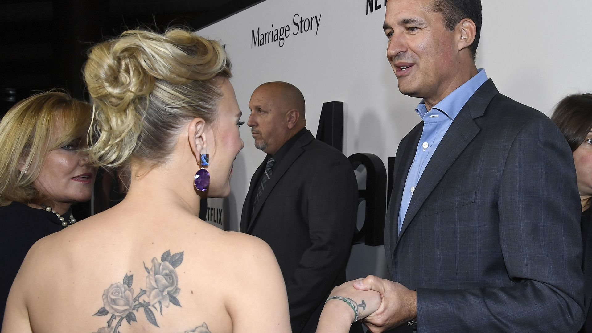 Wow Anblick Scarlett Johansson setzt Rücken Tattoo in Szene ...