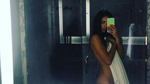 Adriana Lima fast nackt vor ihrem Spiegel
