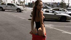 Die traut sich was: Model Alexis Ren skatet mit nacktem Popo