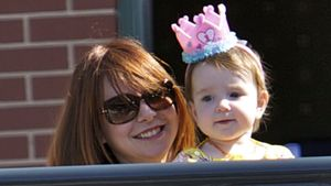 So süß! Alyson Hannigans Tochter trägt Krönchen