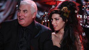 Amy Winehouse mit ihrem Vater Mitch im Februar 2008