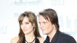 Angelina Jolie küsst Deutschen zu Boden