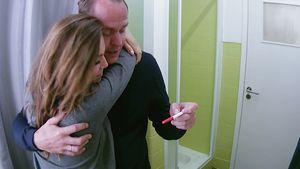 Angelina und Alexander Huth mit ihrem Schwangerschaftstest