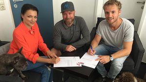 Anne Menden, Producer Damian Lott und Niklas Osterloh bei der GZSZ-Vertragsunterzeichnung