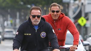 """Erkannt? Hier radeln der Terminator und ein """"Gladiator""""-Star"""