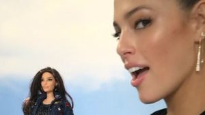 Ashley Graham mit ihrer Barbie