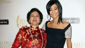 Bai Ling zeigt stolz ihre süße Mama!