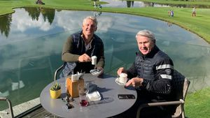 """""""Unschlagbares Team"""": Schweini mit seinem Papa beim Golfen"""