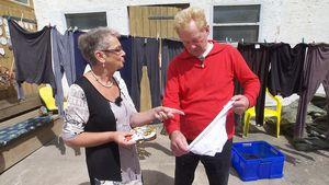 Beate schenkt Gregor eine Unterhose
