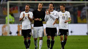 Benedikt Höwedes, Manuel Neuer, Mats Hummels und Thomas Müller bei einem Spiel der DFB-Elf