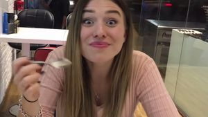 Bibi Heinicke in einem Eisladen in Dubai