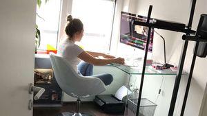 Bibi Heinicke am Schreibtisch