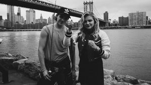 Brooklyn Beckham und Chloë Moretz vor der Manhattan Bridge in New York