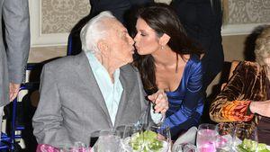 Catherine Zeta-Jones knutscht 100-jährigen Schwiegervater!