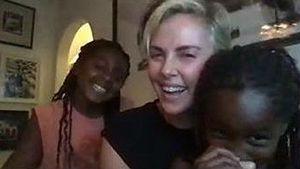 Süße Seltenheit: Charlize Theron zeigt ihre beiden Töchter!
