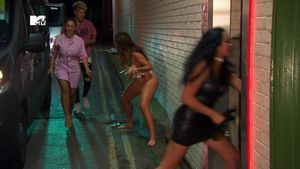 Szene aus Geordie Shore: Chloe Ferry, Sophie Kasaei, Marty McKenna und Marnie Simpson