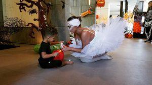 Familie blickt nach vorn: Chrissy Teigen feiert Halloween