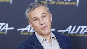 Blondine bot Christoph Waltz Oral-Sex an