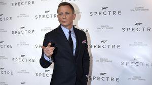 Daniel Craig zeigt mit dem Finger
