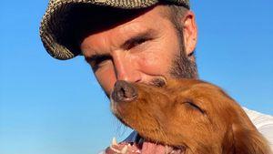 Tierliebe: So süß kuschelt David Beckham mit Hündin Sage