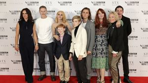 """Mit gesamtem Cast: Kristen Stewart feiert """"Spencer""""-Premiere"""