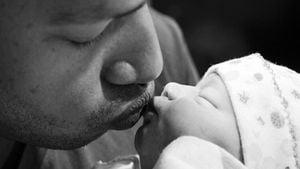 Knutsch! Papa Donald Faison busselt Baby Wilder Frances