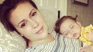 Auf Mama Alyssa Milanos Bauch: Süße Elizabella im Traumland