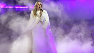 Neu-Mama Ellie Goulding zeigt bei Konzert stolz ihre Kurven