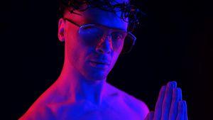 Emil Kusmirek posiert bei Fotoshooting als schwuler Jesus