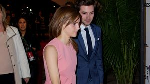 Emma Watson und Roberto Aguire gehen nebeneinander