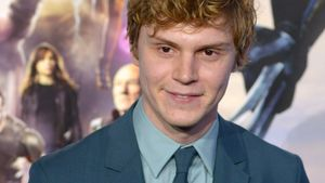 "Wie cool! ""X-Men""-Star Evan Peters singt für Fan"