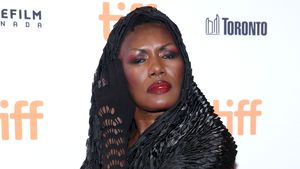 Miley Cyrus-Seitenhieb: Grace Jones zieht blank