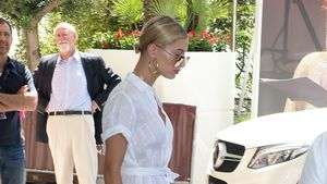 Hailey Baldwin verlässt das Hotel Martinez in Cannes