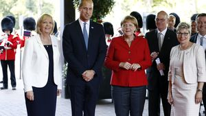 Hannelore Kraft, Prinz William und Angela Merkel bei der Verleihung des Fahnenbands an die 20th Arm