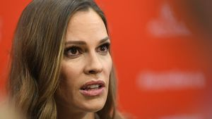 Gewagt! Hilary Swank im Bikini-Look zum Red Carpet