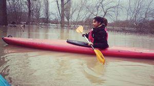 Mit Boot & Paddel: Indira Weis trotzt dem Hochwasser!