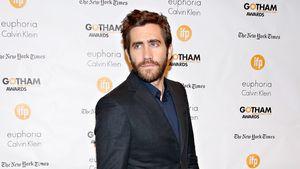 Jake Gyllenhaal guckt zur Seite