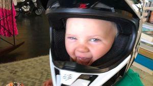 Süßer Mini-Biker: Pinks Sohn (1) brummt wie ein Motorrad