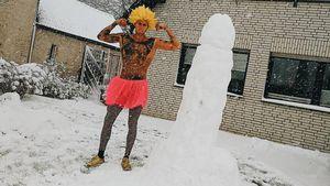 Größenvergleich: LI-Jan baut einen etwas anderen Schneemann