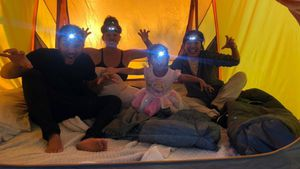 Süßes Abenteuer: Chrissy Teigen campt mit Familie im Garten