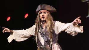 Johnny Depp muntert Kids in Klinik als Jack Sparrow auf!