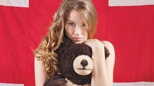 So nackt umarmt Joss Stone einen Bären