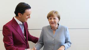 Julian F.M. Stoeckel und Angela Merkel