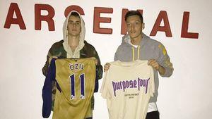Facebook-Hit: Justin Bieber & Mesut Özil tauschen Trikots!