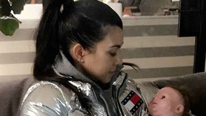 Kourtney Kardashian mit einer Puppe