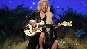 Lady Gaga performt auf den AMAs 2016