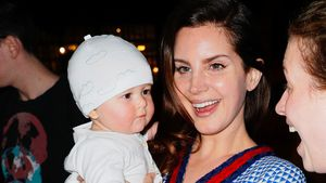 Lana Del Rey mit Baby im Arm in New York
