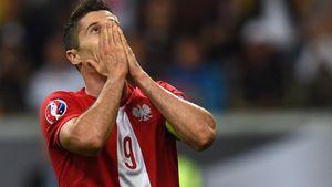Mitten im Spiel: Fan wirft Böller auf Robert Lewandowski