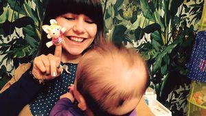 Lisa Wohlgemuth mit ihrem Baby auf dem Schoß