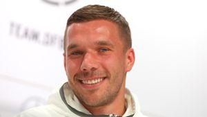 Lukas Podolski bei einer Pressekonferenz 2016